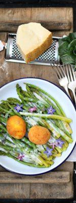 Uova fritte con asparagi