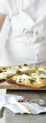 Pizza bianca con patate, pesto e stracchino